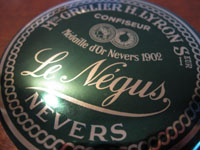 La Maison Lyron vend ses Négus dans de petites boîtes rondes.