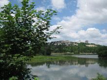 Le lac artificiel de Dijon porte le nom du chanoine Kir.