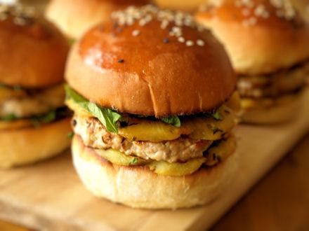 Burger au porc, à l'ananas et à la menthe