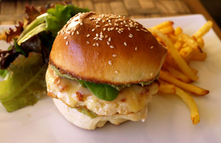burger mexicain au poulet avocat et paprika cookismo recettes saines faciles et inventives. Black Bedroom Furniture Sets. Home Design Ideas