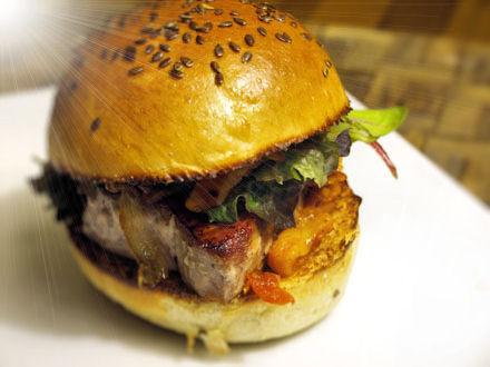 Burger Spicy Au Thon Aux Poivrons Et Oignons Caramelises Cookismo