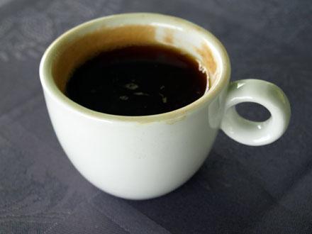Le café bourbon pointu est préparé dans une cafetière à piston © Christelle Vogel