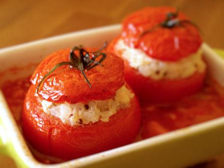 Tomates rondes farcies au poulet et au riz