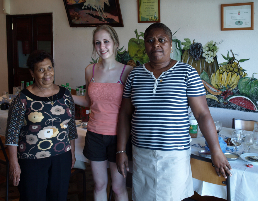 De g. à d. : Eva Annibal, Cookismo, l'aide cuistot.