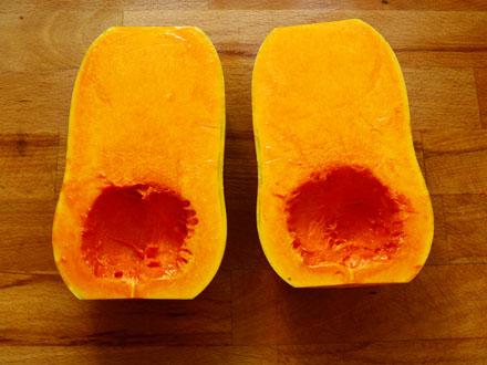 Courge butternut coupée en deux