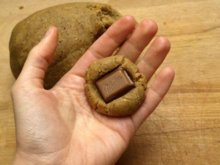Préparation des sablés fourrés au chocolat
