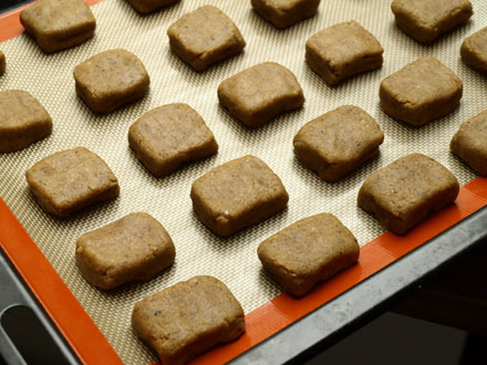Sablés fourrés au chocolat avant leur cuisson