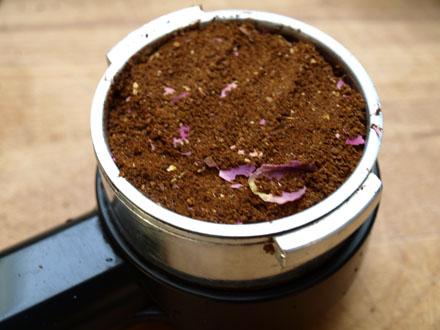 Café aux épices dans le percolateur
