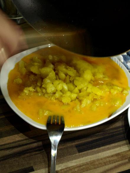 Mélange pommes de terre et oeufs battus