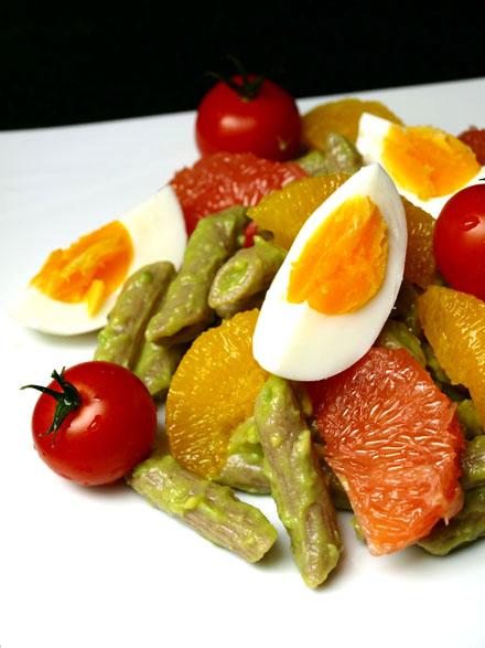 Salade de pâtes complète à la crème d'avocat et agrumes