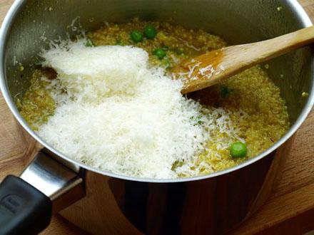 Ajout du parmesan dans le quinoa