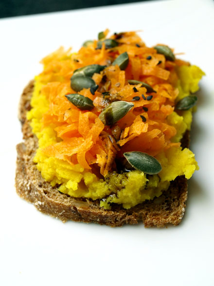 Tartine veggie à l'écrasé de lentilles jaunes