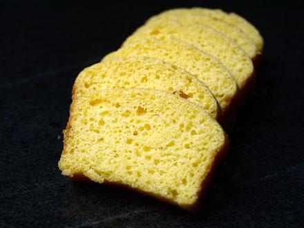 Pain à la farine de maïs tranché