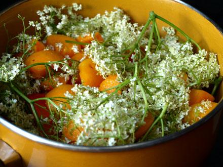 Préparation de la confiture d'abricot aux fleurs de sureau