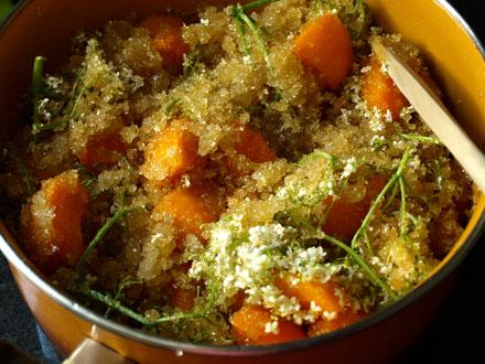 Préparation de la confiture d'abricot aux fleurs de sureau 3