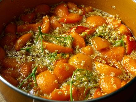 Préparation de la confiture d'abricot aux fleurs de sureau 4