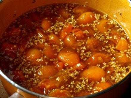 Préparation de la confiture d'abricot aux fleurs de sureau 6