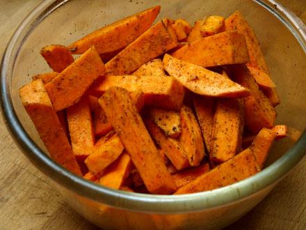 Préparation des frites de patates douces