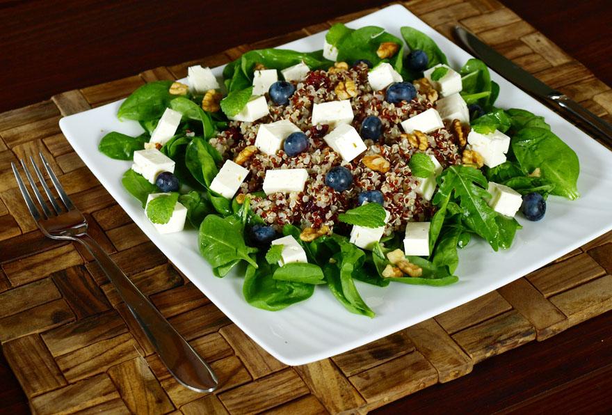 Salade de quinoa à la feta, noix, myrtille