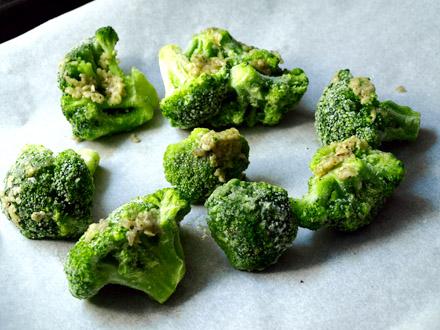 Brocolis à l'ail avant cuisson au four