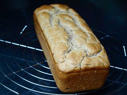 Pain sans gluten noix et farine de châtaigne démoulé