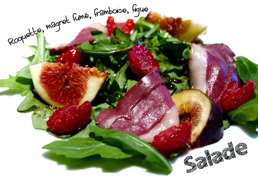 Salade roquette au magret de canard fumée, figues fraîches et framboises