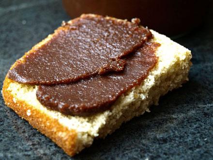Tartine de pâte à tartiner chocolat noir & noisettes maison