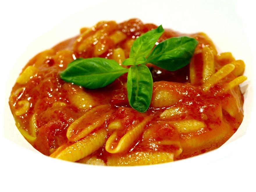 Soupe de pâtes aux tomates pelées en boîte