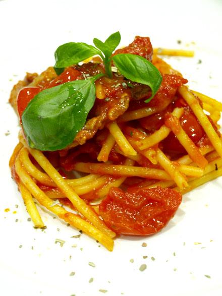 Nids de pâtes à la sauce tomate cerise