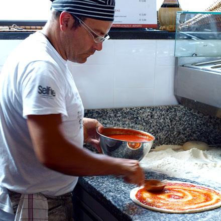 Préparation d'une vraie pizza napolitaine