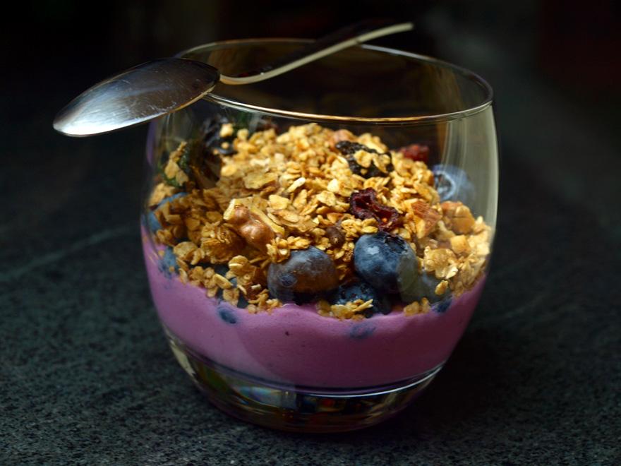 Verrine de yaourt soja myrtilles et granola maison