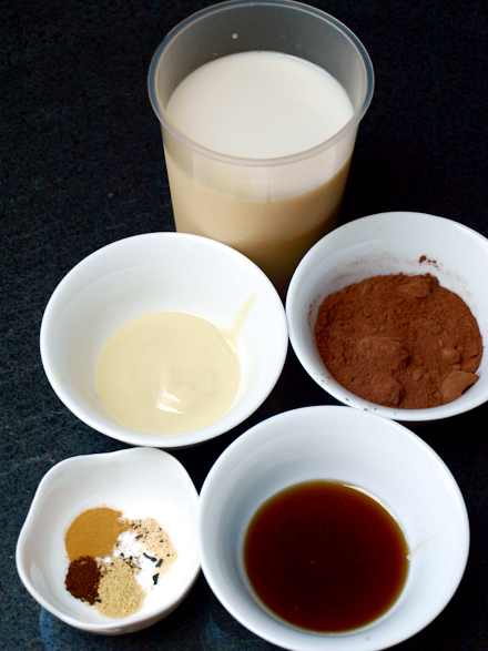 Ingredients du chocolat chaud au lait d'amande et épices