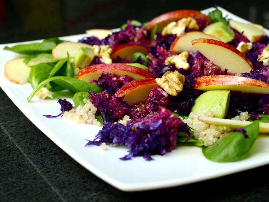 Salade de chou rouge aux pommes, épinards et quinoa