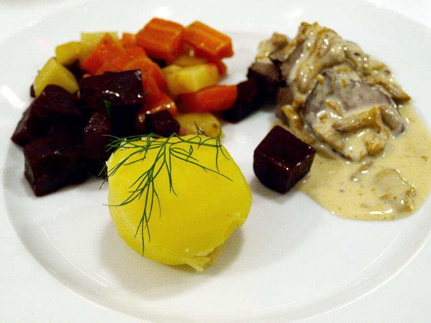 Rôti d'élan, sauce aux chanterelles, légumes au four