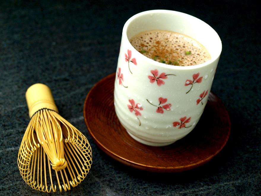 Tasse de chocolat chaud au thé matcha