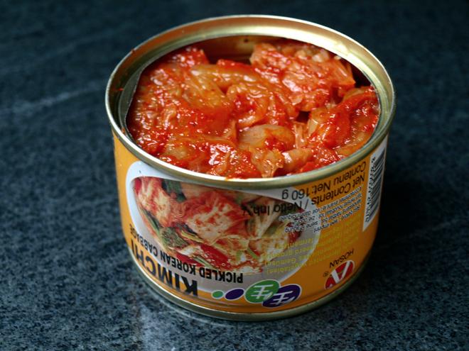 Kimchi en boîte, chou coréen fermenté et pimenté