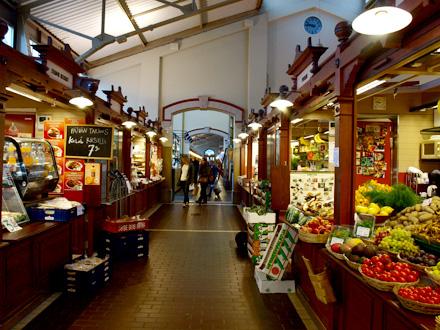 Intérieur de la vieille halle du marché (rénovée) d'Helsinki