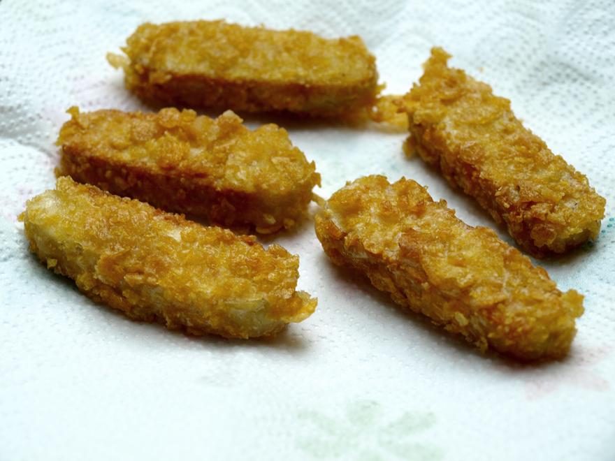 Nuggets de temoeh sur une feuille d'essuie-tout