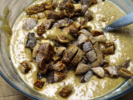 Ajout des figues séchées dans la pâte à muffin