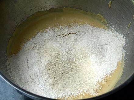 Ajout des farines sans gluten tamisées