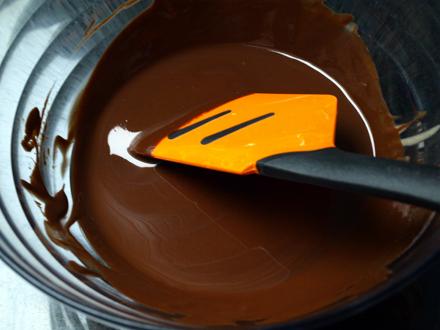 Mélange chocolat noir fondu et purée de noisettes
