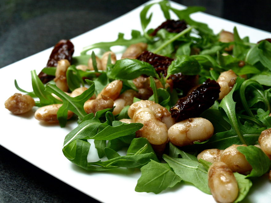 Salade de roquette aux haricots blancs et tomates séchées