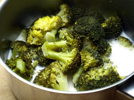 Brocolis cuits et lait d'amande