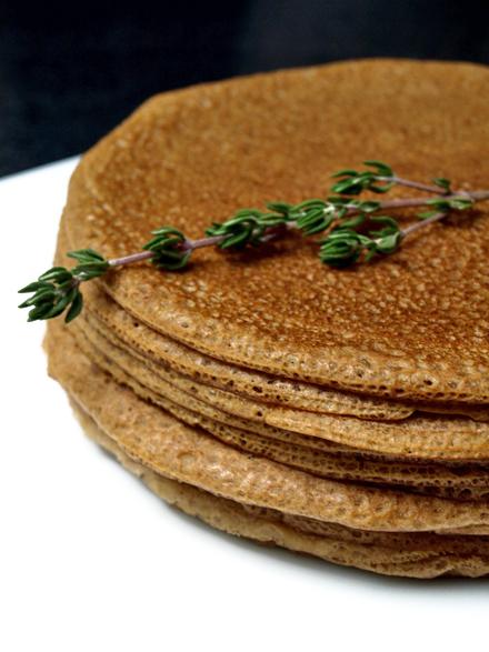Pile de crêpes sans gluten (farines de sarrasin et châtaigne)
