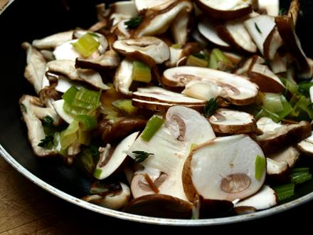 Cuisson des champignons shiitaké et du blanc de poireau (garniture crêpes sans gluten)