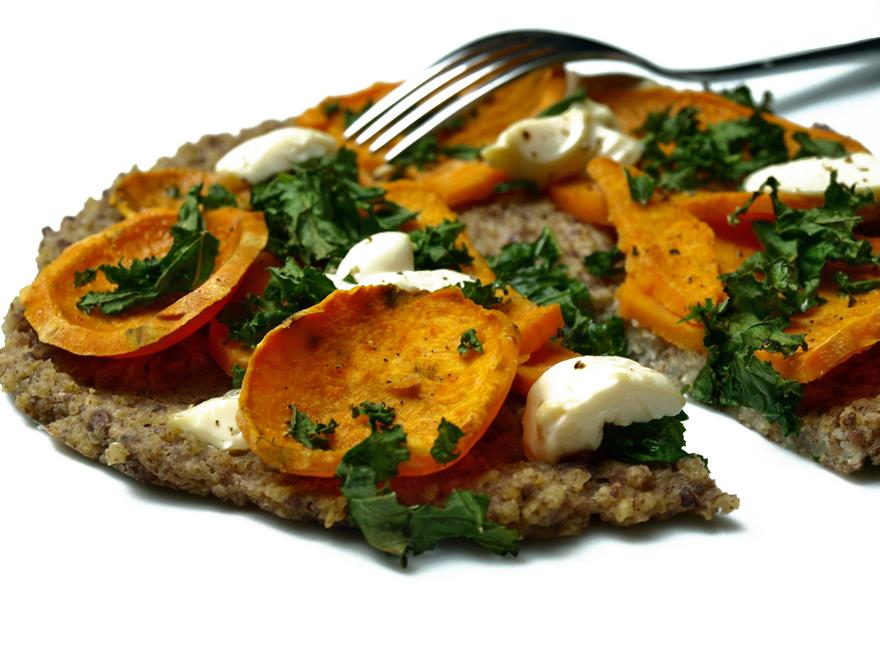 Pizza sans gluten à la patate douce et au kale d'Anya Kassoff