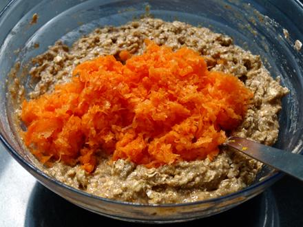 Ajout des carottes râpées à la pâte à muffin sans gluten