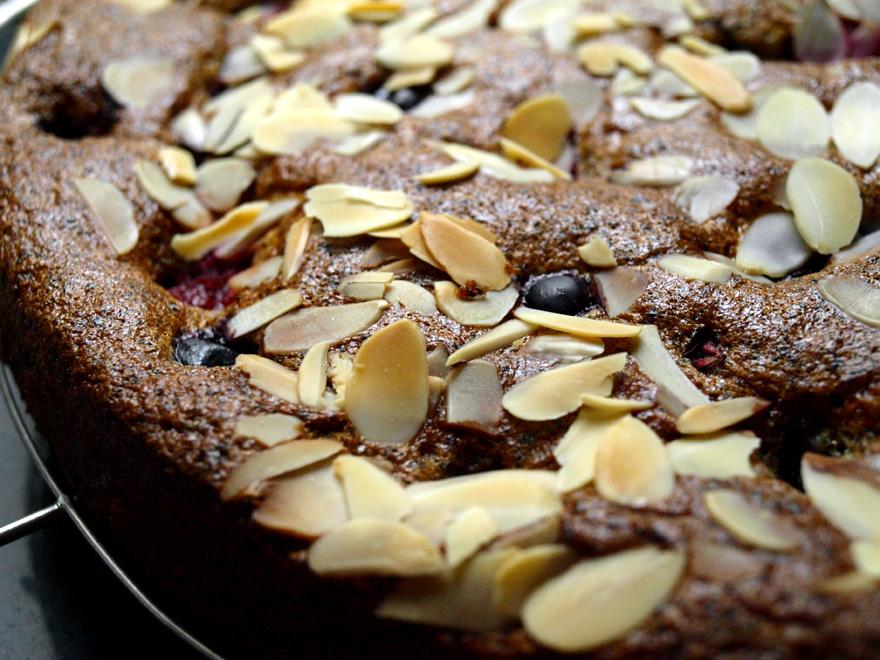 Gâteau amande, pavot et fruits rouges