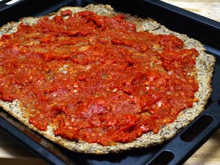 Sauce tomate sur fond de pizza sans gluten