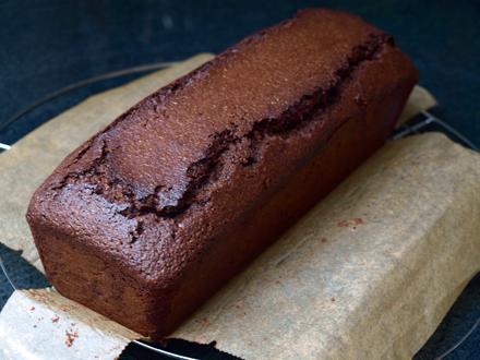 Cake au chocolat sans gluten démoulé sur une grille